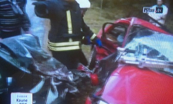 Kadras ia Lietuvos ryto TV/Panaau, kad raudonasis Nissan priea susidūrimą slydo aonu ir rėžėsi į prieaprieaais atvažiuojančią žalią `kodą deaine puse.