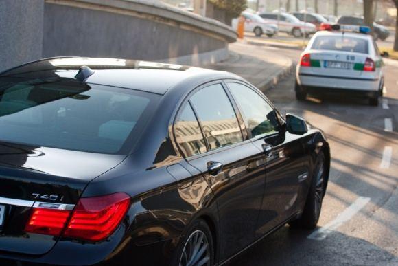 BFL/Tomo Urbelionio nuotr./Eltonas Johnas ia Vilniaus oro uosto į Siemens areną buvo nuvežtas BMW automobiliu.