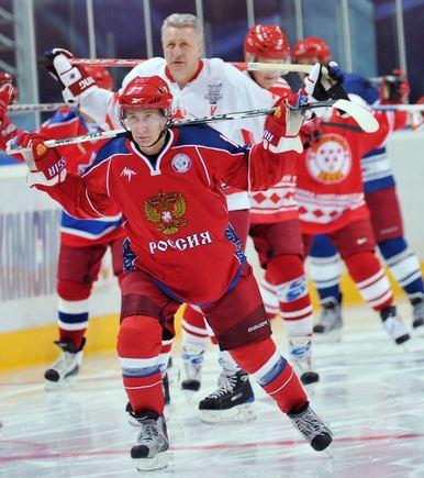 """""""Scanpix"""" nuotr./V.Putinas treniravosi su ledo ritulio žvaigždėmis"""
