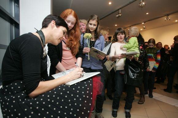 Tomo Urbelionio/BFL nuotr./Nomedai Marčėnaitei savo knygą Lėlė teko ženklinti autografais