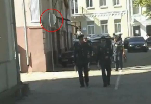vilkmerge.lt nuotr./Pamatęs eismą draudžiančius ženklus, policijos vadovas su kitais komisarais į savivaldybę atėjo pėsčiomis.