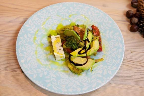 BTV nuotr./Keptos daržovės su aviežiais pomidorais, avokadu ir unikaliuCrema di balsamicopadažu