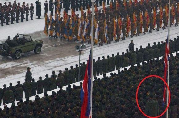 Reuters/Scanpix nuotr./Įtariama, kad tai krepaininkas Ri Myung Hun Kim `.Korėjos lyderio Jong Ilo laidotuvių ceremonijoje