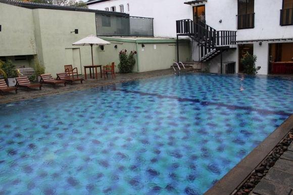 D.Kinderio nuotr./Įspūdingas, nors ir mažas baseinas, kuriame teko plaukioti per lietų ir perkūniją Kandy mieste, Šri Lanka.