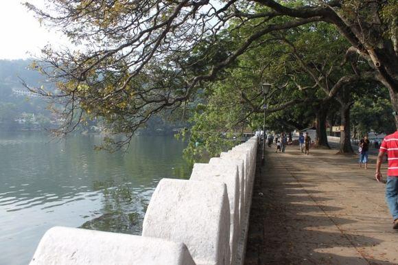 D.Kinderio nuotr./Bėgimas aplink įspūdingą dirbtinį Kandy miesto ežerą