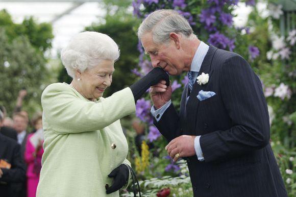 AFP/Scanpix nuotr./Princas Charlesas savo motinai Elizabeth II suteikė daug skausmo.