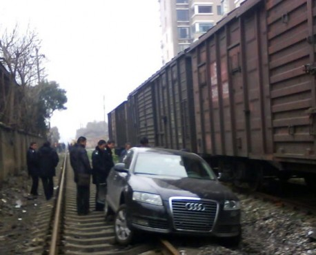 Drunk Audi driver from China uses railway. audi-drunk-china-1.