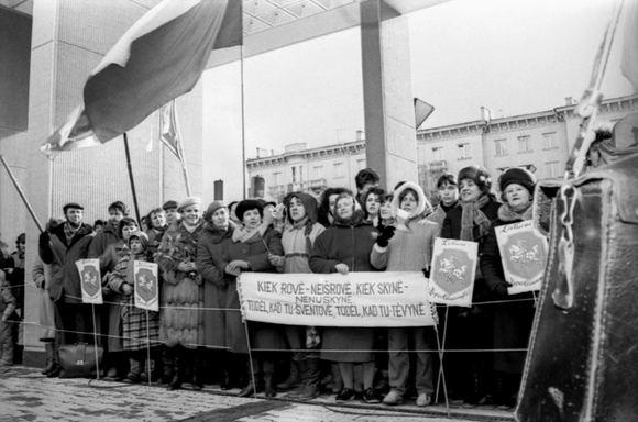 1990-ųjų kovo 11-ąją prie Aukščiausiosios Tarybos budėję žmonės laukė Lietuvos nepriklausomybės atstatymo.