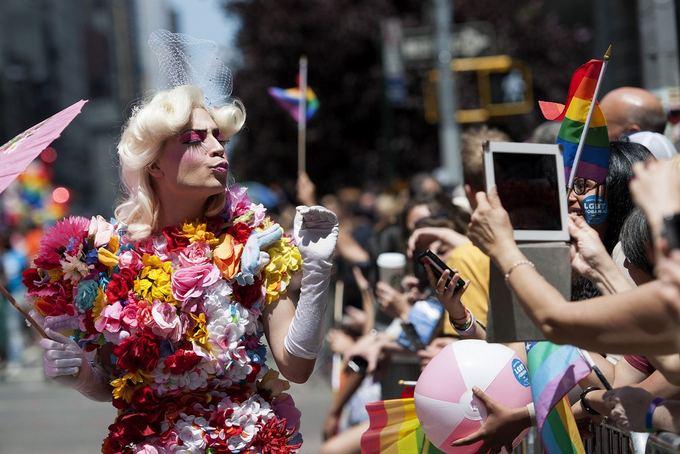 Участники гей-парада в Нью-Йорке. . Keith Bedford/Reuters. Еще более мног