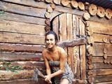 Gražuolė Irina Shayk mielai kapoja malkas močiutės sode