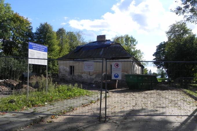 Šiame Veisiejų dvaro pastato rūsyje statybininkai aptiko skeleto kaulus.