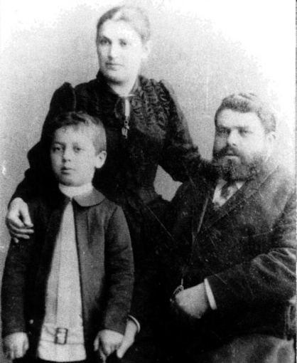 Šiaulių Aušros muziejaus archyvo nuotr./Jokūbas, Dora ir Chaimas Frenkeliai Šiauliuose apie 1893 m.