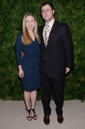 """""""Scanpix"""" nuotr./Žurnalistė Chelsea Clinton su vyru Marcu Mezvinsky"""