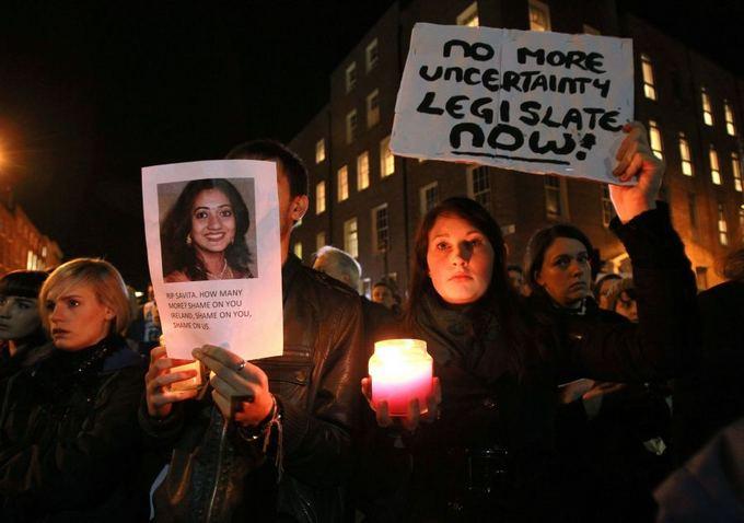 Prie Airijos parlamento susirinko protestuotojai.