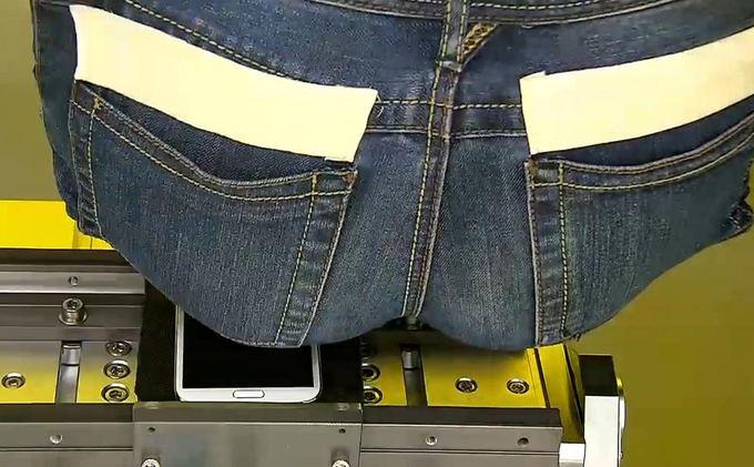 """""""Samsung Galaxy S3"""" lankstumas tikrinamas dirbtiniu užpakaliu."""