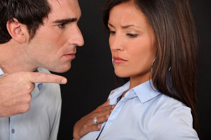 Почему мужчина контролирует женщину