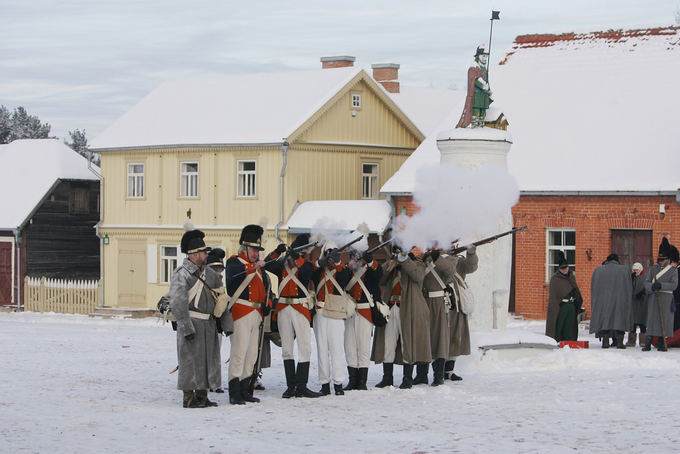 Aliaus Koroliovo/15min.lt nuotr./Staging of Napoleon's retreat in the Open AIr Museum of Lithuania in Rumaiakės