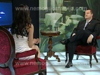 Serbijos premjeras Ivica Dačičius priešais TV laidos vedėją be kelnaičių.