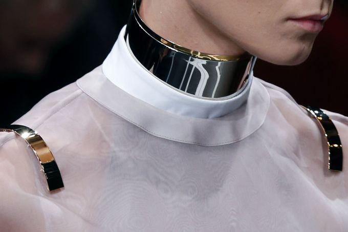 Givenchy kaklo aksesuaras ir antpečiais dekoruota palaidinė (Paryžiaus mados sav.).