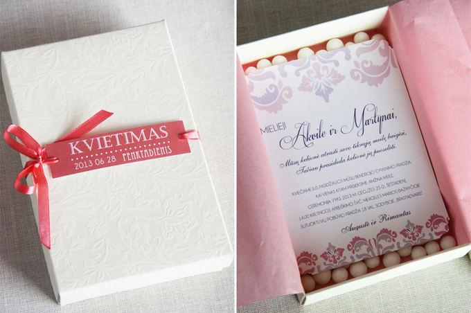 """Vestuvių kvietimai>"""" /></a></p> <div>E. Kundreckienės nuotr. / Vestuvių kvietimai</div> </div> <div> <p>Jūsų kvietimas į vestuves išties labai svarbus būsimos jūsų šventės elementas, nes jis informuoja svečius apie vestuvių temą, tipą, spalvas, vietą ir pan. Jame pateikiama informacija, dizainas leidžia svečiams suprasti, ko gali tikėtis iš būsimos šventės. Kadangi ruošiantis šiai dienai viskas turi būti aišku, suplanuota ir iki smulkmenų apgalvota, kvietimai – ne išimtis. Jie turi palikti stiprų pirmąjį įspūdį.</p> <p>Apie tai, kaip sukurti jaukius ir įsimintinus kvietimus, pataria švenčių planuotoja ir dekoratorė Eglė Kundreckienė.</p> <p><strong>– Kokio stiliaus kvietimus pasirinkti?</strong></p> <p>– Kvietimus rinkitės atsižvelgdami į savo šventės vietą, temą, spalvas. 2013 m. vis dar populiarūs rankų darbo, sendinti, dekoruoti nėriniais kvietimai. Visada madingi ir ypač prabangiai atrodantys kvietimai spaudžiami iškiliąja spauda. Tokio tipo kvietimus galima dekoruoti papildomomis spalvomis, auksinėmis raidėmis ar pan.</p> <p>Kaip ir 2012-aisiais, šiais metais vis dar populiarūs pereinamųjų spalvų kvietimai. Spalvų perėjimas nuo šviesesnės į tamsesnę, iš vieno atspalvio į kitą atsikartoja ir šventės dekoro elementuose, suknelės audiniuose ir net nuotakos plaukuose.</p> <p>Visada populiarūs kokybės ir kainos atžvilgiu tradicinės spaudos kvietimai. Sukurdami originalų maketą su savo ir antrosios pusės vardų inicialais, piešiniais ir kitokiais elementais, galite juos ypač suasmeninti. Be jokios abejonės, kvietime svarbiausia idėja! Pavyzdžiui, vietoj įprasto parašo galite pasigaminti savo šeimos antspaudą, pašto ženklą ir jais dekoruoti siunčiamus kvietimus, vokus. Originalūs sprendimai visuomet nuteikia smagiai.</p> <table border="""