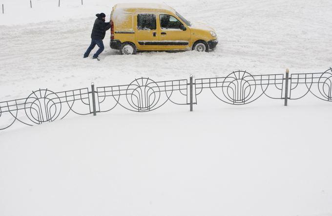 Ukrainoje gausiai prisnigus, paskelbta ypatingoji padėtis.