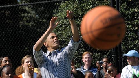 Barackas Obama bando pataikyti į krepšį