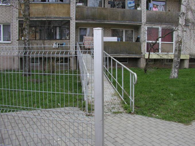 Vilmos Danauskienės nuotr./Po to, kai vieabutis apsitvėrė vidinį kiemą, neįgali moteris
