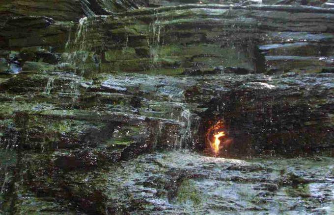 Amžinoji ugnis po kriokliu Čestnut Ridžo parke
