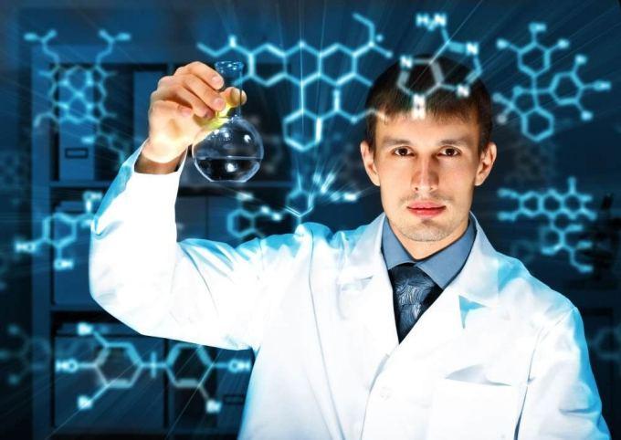 Молодой химик, работает в лаборатории - Стоковое фото SergeyNivens #9916539