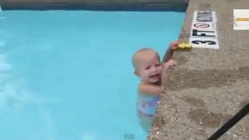 16-месячная кроха переплывает бассейн на одном дыхании!