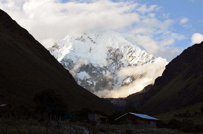Lost latinos nuotr./Salkantay kalnas (6271 m), matomas ia Soraypampa stovyklavietės