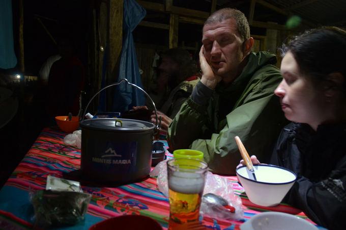 Lost latinos nuotr./Vakarienė Collpapampa kaime. Pavargę Aurimas ir Olga