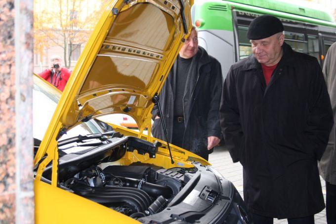 Klaipėdiečiai iš arti apžiūrėjo suskystintomis gamtinėmis dujomis varomus automobilius, dalyvaujančius žygyje aplink Baltijos jūrą.