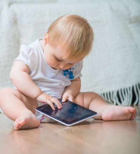 123rf nuotr./Vaikas su planšetiniu kompiuteriu
