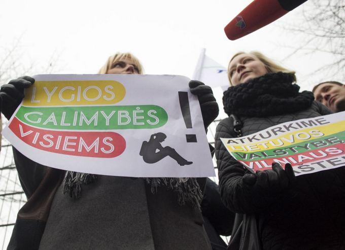Piketas prie Vilniaus rajono savivaldybės dėl galimybės vaikus ugdyti lietuvių kalba.