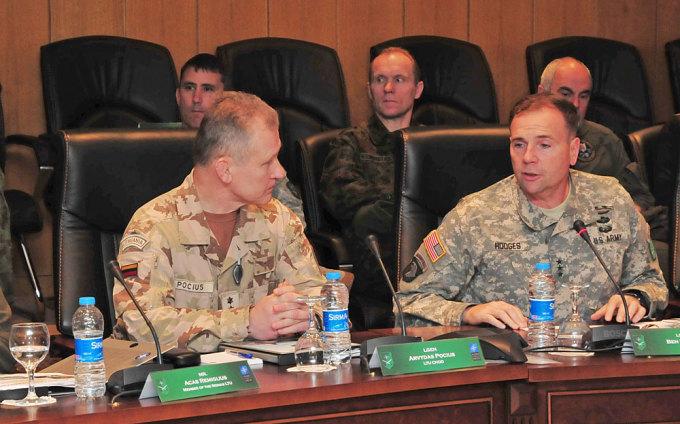 Gen. ltn. Arvydas Pocius (kairėje) ir gen. ltn. Frederickas Benas Hodgesas