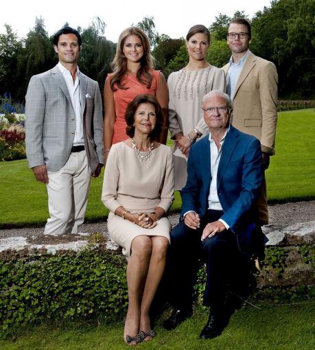 """""""Scanpix"""" nuotr./Švedijos karališkoji šeima: princas Carlas Philipas, princesė Madeleine, princesė Victoria su vyru Danieliu ir karalienė Silvia su karaliumi Carlu Gustafu XVI"""