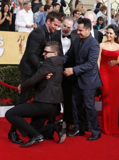 """Reuters""/""Scanpix"" nuotr./Vitalijus Sediukas parpuolęs ant žemės apkabino Bradley Cooperį"
