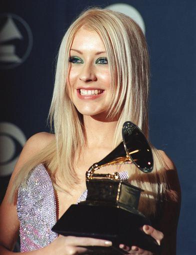 """AOP nuotr./Christina Aguilera su pirmąja savo """"Grammy"""" statulėle"""