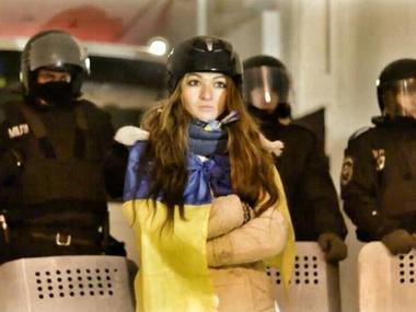 """Facebook nuotr./Protestuojanti Lida Pankiv užkariavo """"Berkut"""" kario širdį."""