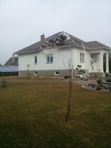 15min.lt skaitytojos Žyvilės Gedminaitės nuotr. /Kretingoje vėjas nuplėšė namo stogą.
