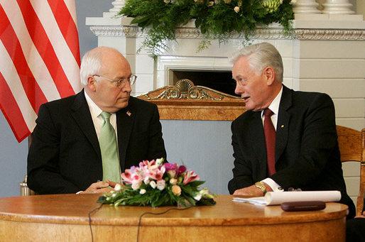 Wikipedia.org nuotr./Lietuvos prezidentas Valdas Adamkus ir JAV viceprezidentas Dickas Cheney Vilniuje 2006-aisiais