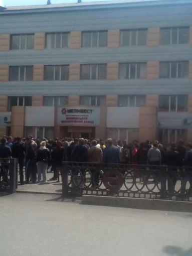 """Nuotr. iš """"Twitter""""/Prorusiška minia prie gamyklos"""