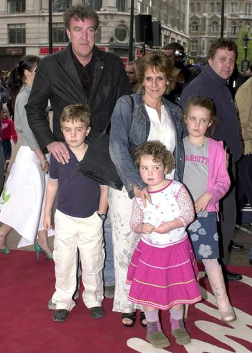 AOP nuotr./Jeremy Clarksonas su žmona Frances ir vaikais 2003-iaisiais