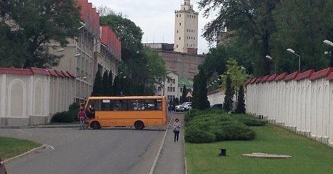 Ostrov nuotr./Maršrutinis autobusiukas užblokavęs kelią į Rinato Achmetovo rezidenciją
