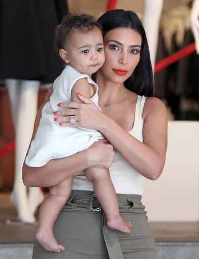 AOP nuotr./Kim Kardashian su dukra North