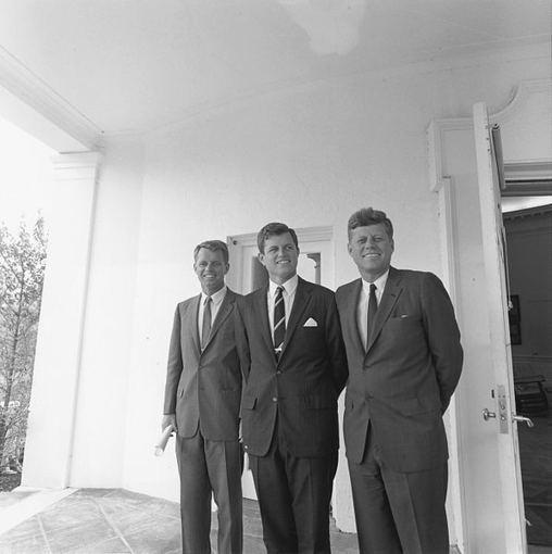 wikimedia.org nuotr./Kennedžių broliai – iš kairės: Robertas F. Kennedy, Tedas Kennedy ir Johnas F. Kennedy