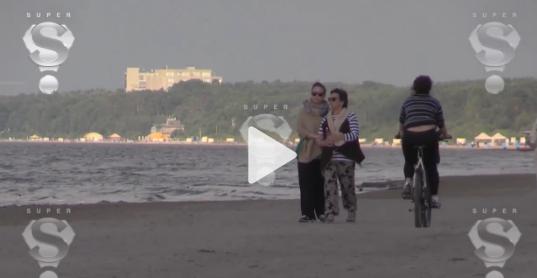 Stop kadras/Žana Friskė su motina Olga prie Baltijos jūros
