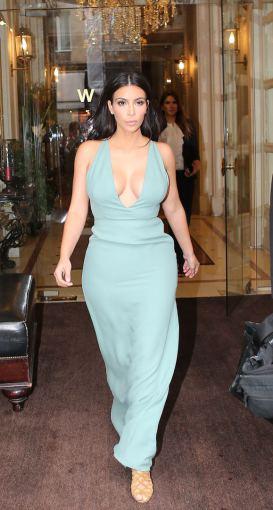 AOP nuotr./Kim Kardashian išeina iš viešbučio