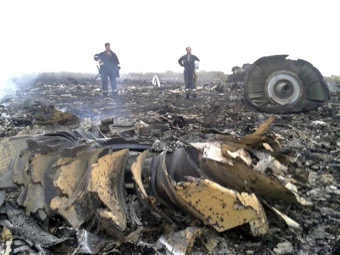 """Ukrainoje sudužęs Malaizijos laineris """"Boeing 777"""" su 295 žmonėmis"""